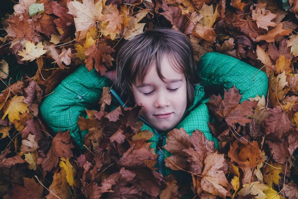 Bezstarostný chlapec v listí