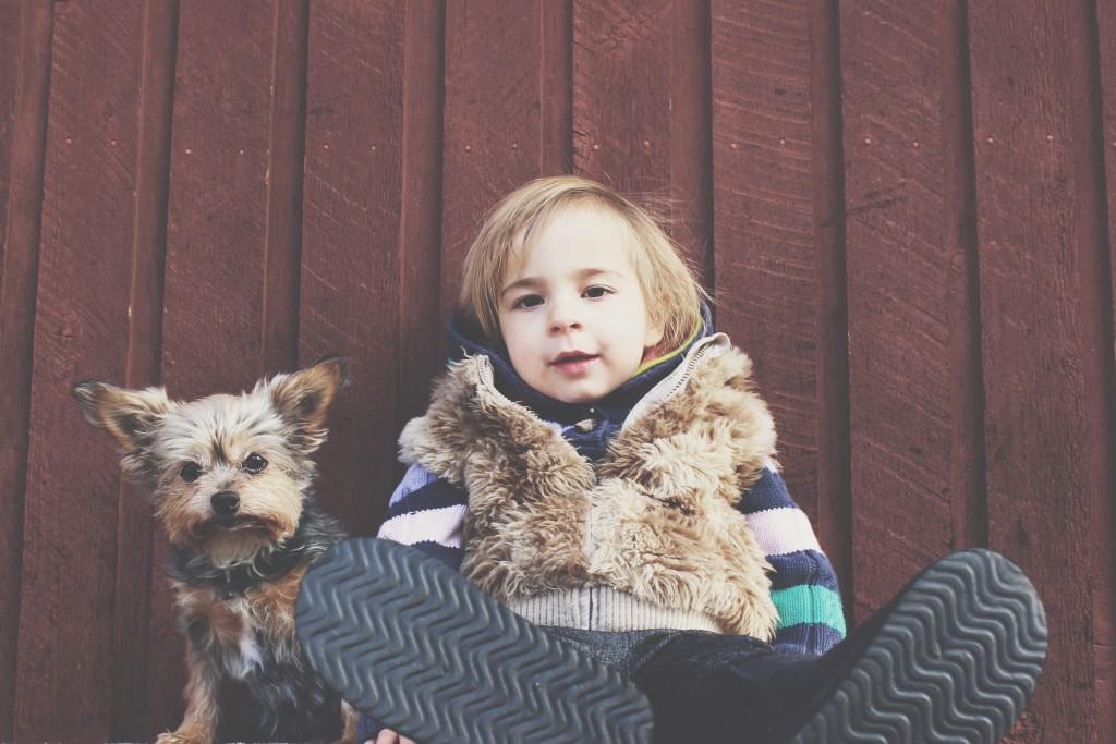 Chlapček a pes odpočívají