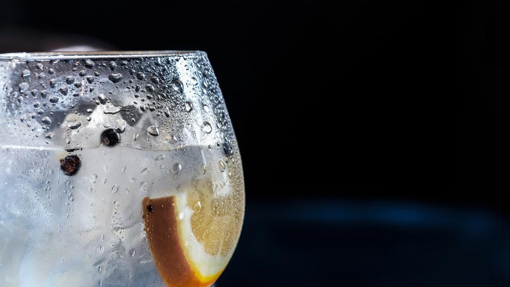Voda s citronem je super zdravý nápoj